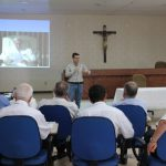 O autor André Parreira ministra palestra sobre preparação para o matrimônio